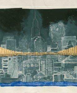 Ponte dorato con il profilo dei palazzi di New York di notte
