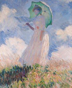 Donna con un ombrellino in un campo