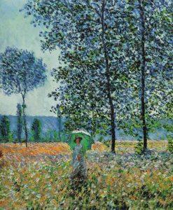 Donna passeggia nei campi fioriti