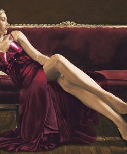 Elegante ragazza seduta su un divano