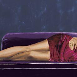 Ragazza elegante e sensuale su un divano