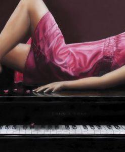 Ragazza elegante e sensuale distesa su un pianoforte