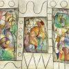 Dipinto astratto con linee geometriche che incorniciano elementi multicolore