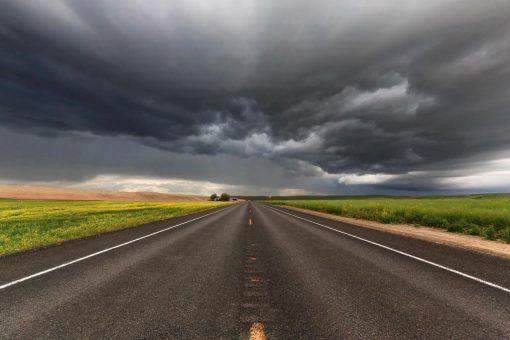 Nuvole scure sopra la campagna