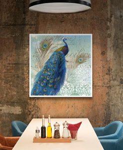 Ambientazione di un pavone e le sue eleganti piume