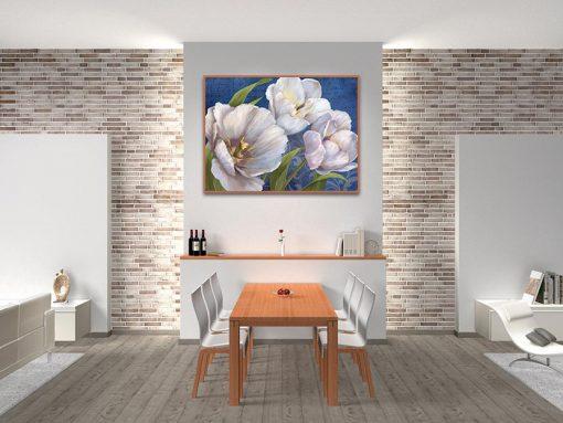 Ambientazione di fiori bianchi su sfondo blu
