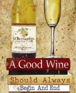 Bottiglia e bicchiere di vino su dei libri