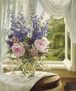 Elegante vaso di fiori in vetro davanti a una finestra