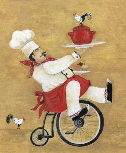 Chef su una bicicletta che regge due vassoi