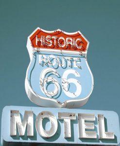 Insegna con effetto grafico di un motel americano