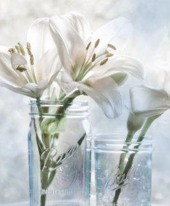 Luminoso dipinto con gigli in vasi di vetro