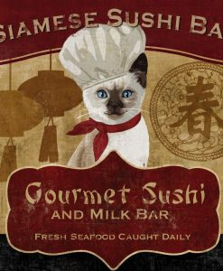 Gatto siamese con cappello da chef in un ristorante di sushi