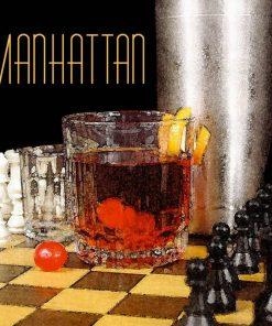 Bicchiere di manhattan e scacchiera