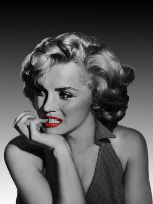 La famosa diva distoglie lo sguardo Marilyn Monroe