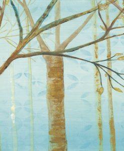 Bosco di alberi spogli con sfondo azzurro