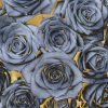 Composizione di rose blu su sfondo dorato