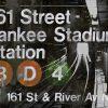 Composizione con foto e nome di una stazione della metropolitana di New York