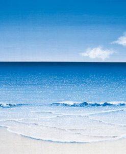 Vista del mare blu da una spiaggia di sabbia bianca