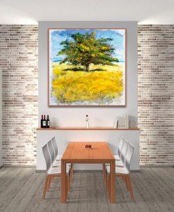 Albero su un prato giallo