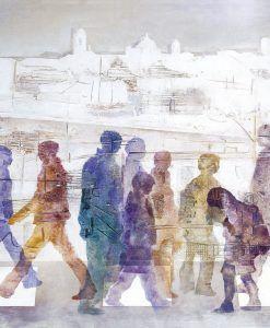 Persone che attraversano la strada in una chiara mattinata