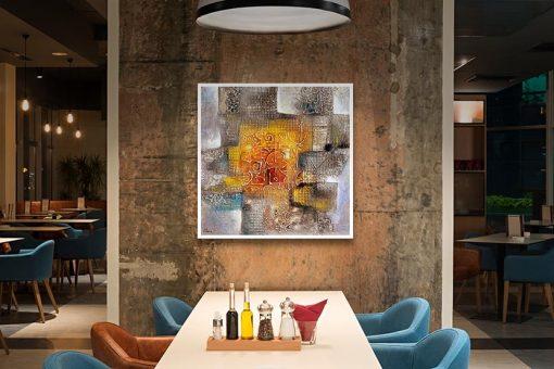 Ambientazione Opera astratta con dettagli su sfondo arancio