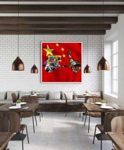 Vespa con elementi grafici e bandiera cinese