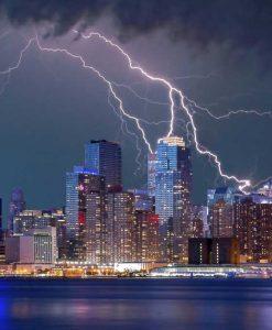 Vista notturna dei grattacieli di New York durante un temporale