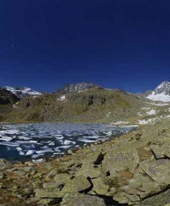 Lago di alta montagna con ghiaccio