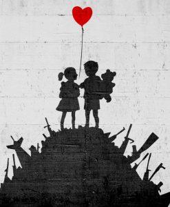 Murales del famoso artista Banksy: Bambini su un mucchio di armi