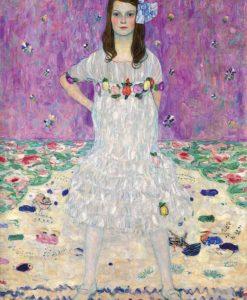 Ragazza con vestito bianco con fiori
