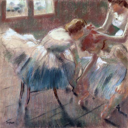Tre ballerine di preparano alla lezione di danza