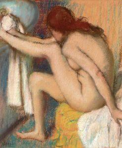 Donna che si asciuga dopo il bagno