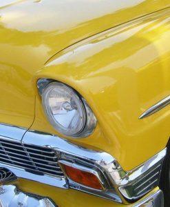 Automobile vintage gialla con dettagli cromati