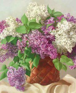 Cestino pieno di fiori bianchi e viola