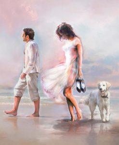 Coppia passeggia sul bagnasciuga