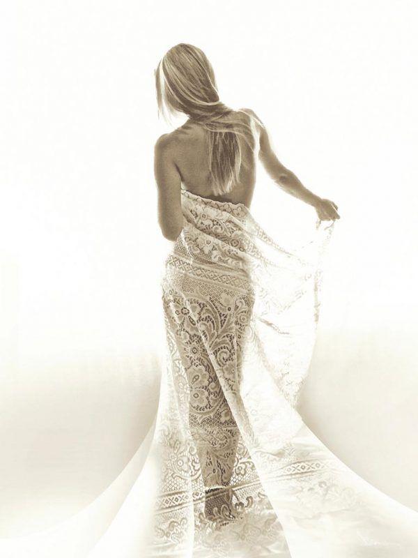 Donna seducente in bianco