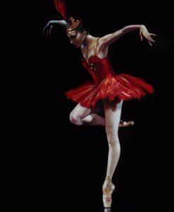 Ballerina in un tutù rosso