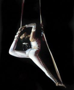 Dipinto di una acrobata che si esibisce sul suo nastro