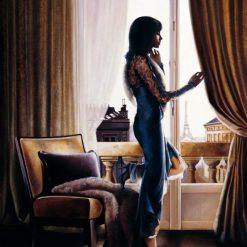 Ragazza pensierosa alla finestra