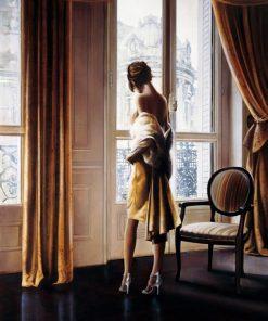 Ragazza parigina guarda fuori dalla finestra