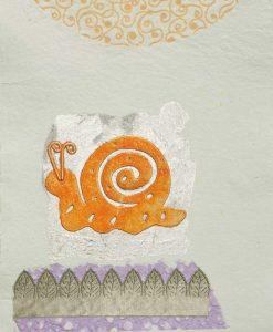 Silhouette di una lumaca arancio con dettagli color argento