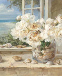 Vaso di fiori bianchi con conchiglie