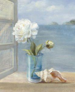 Vasetto con fiore su davanzale con vista sul mare