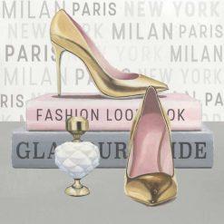 Profumo e scarpe dorate con libri di moda