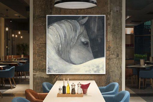Ritratto di un cavallo bianco con sfondo grigio