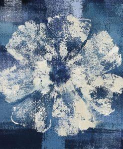 Dipinto di un fiore bianco su sfondo blu con effetto texture