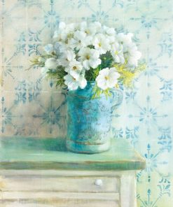 Mazzo di fiori bianchi in un vaso azzurro