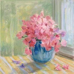 Vaso di fiori rosa vicino ad una finestra