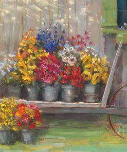 Vasi di fiori variopinti su un carretto in giardino